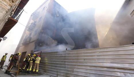 Una vista de l'incendi al carrer Alsamora de Lleida.