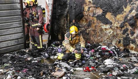 L'incendi va cremar el poliuretà que revesteix els dos edificis limítrofs al solar.