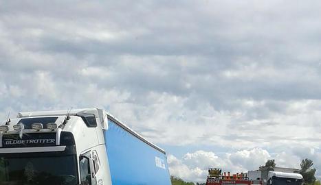 Vista del camió i del vehicle (que conduïa la víctima) després de xocar a l'N-240 al terme municipal de Vinaixa.