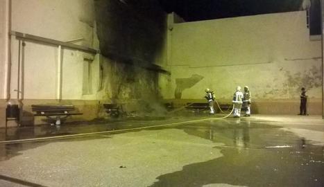 Els bombers sufoquen l'incendi que va cremar les 350 cadires.