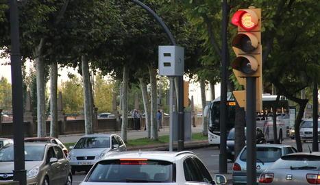 Imatge de la cabina per a radar fix instal·lada a l'avinguda de Madrid, una de les nou que hi ha repartides arreu de la ciutat.