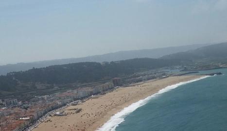 La platja de Nazaret al costat dl Oceà Atlàntic
