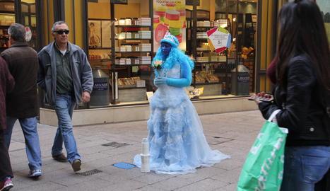 Una estàtua humana a l'Eix Comercial de Lleida.
