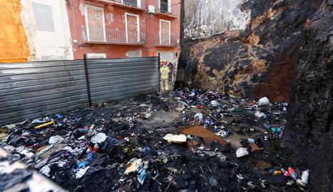 Quatre intoxicats i deu desallotjats a l'incendiar-se un solar del Barri Antic