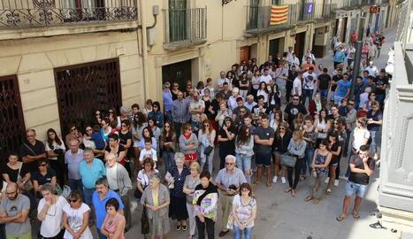 Veïns, familiars i amics del jove mort es van concentrar ahir davant de l'ajuntament de les Borges Blanques.
