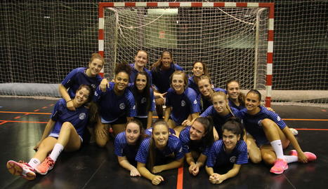La plantilla de l'Associació Lleidatana d'Handbol, en la qual només faltaven Blanca Martínez i Joana Rollán, ahir al pavelló municipal Juanjo Garra.