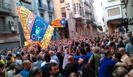 Los participantes en la concentración han desbordado la plaza Paeria.