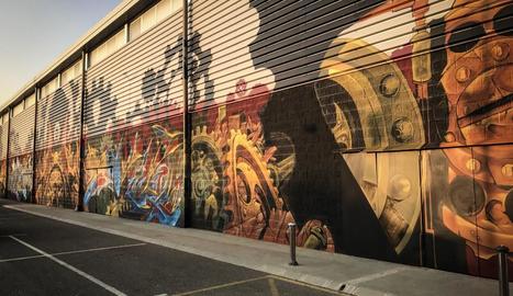 La pintura mural guanyadora, de gairebé 400 metres quadrats, en un lateral del pavelló municipal.