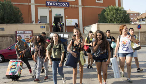 Visitants de la fira, ahir a l'arribar a l'estació de Tàrrega.