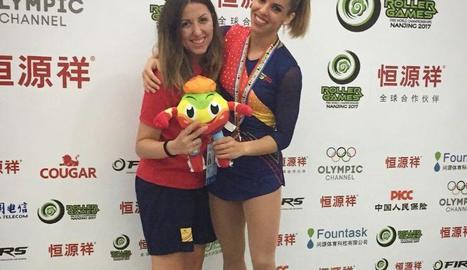 L'entrenadora Laia Fuentes i Mònica Gimeno, ahir amb la medalla de plata de la patinadora lleidatana.