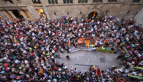Manifestació davant la Paeria de Lleida a favor del referèndum. També n'hi va haver davant d'altres consistoris de Lleida i Catalunya.