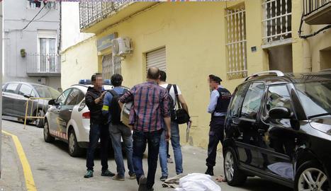 Imatge d'arxiu d'agents dels Mossos d'Esquadra recollint proves al lloc dels fets.