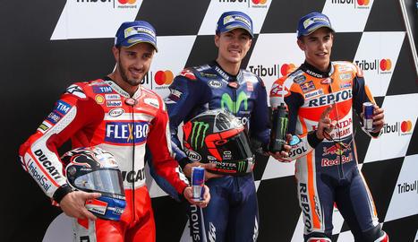 Marc Màrquez, al costat de Marevick Viñales i Andrea Dovizioso, que ocuparan les dos primeres posicions.