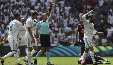 El col·legiat Hernández Hernández, en el moment de mostrar la cartolina groga a Carvajal.