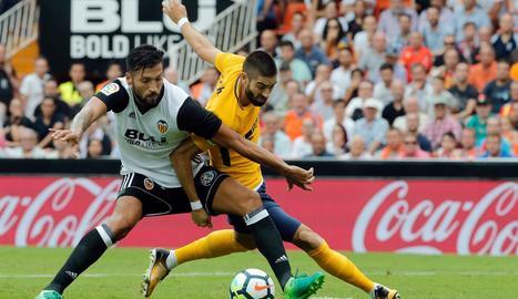 Garay i Carrasco lluiten una pilota durant el partit d'ahir.