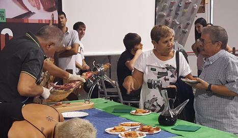 Els assistents van poder veure com es talla el pernil i degustar-ne algunes de les varietats.