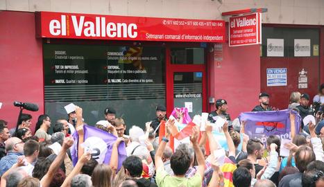 La Guàrdia Civil, al finalitzar l'escorcoll a 'El Vallenc', increpada per manifestants.