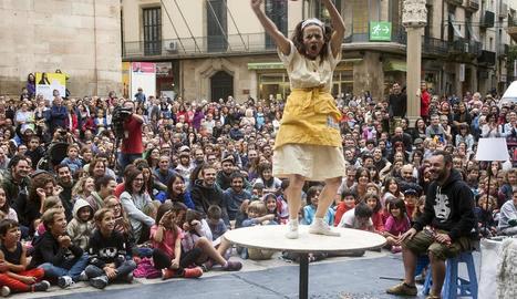 La clown Cristina Solé va posar el públic de FiraTàrrega als seus peus amb l'espectacle còmic 'Wetfloor', que va omplir de públic la plaça Major de Tàrrega.