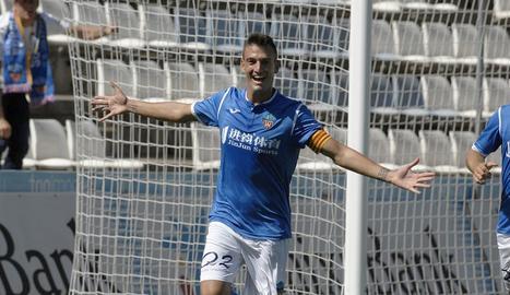 Marc Nierga celebra un dels dos gols que va marcar ahir al Camp d'Esports i que van donar una important victòria al Lleida davant del Penya Esportiva.