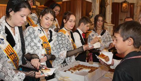 Joves de Castellnou de Seana, en plena celebració de la festa holi i d'escuma que va acollir la festa major del municipi.