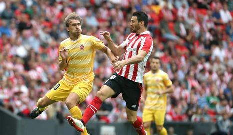 Marc Muniesa disputa una pilota amb Aduriz a l'encontre d'ahir.