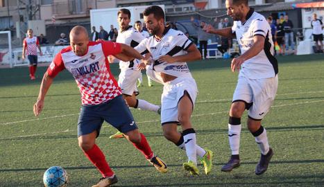 Arnau, del Borges, xuta a porteria davant dos jugadors del Balaguer.