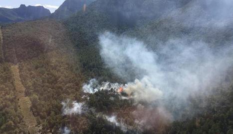 Imatge aèria facilitada pels bombers de l'incendi declarat a Peramola.