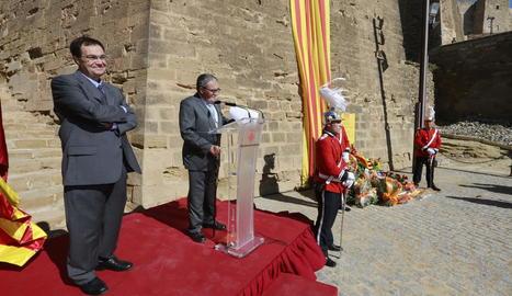 El pregoner, Carles Alsinet, i l'alcalde, Àngel Ros, durant el pregó oficial de la Diada, després de realitzar l'ofrena floral a la Seu Vella.