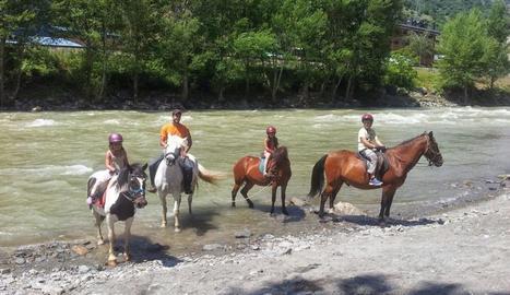 Una família fa una marxa a cavall pel Sobirà durant aquests dies de setembre.