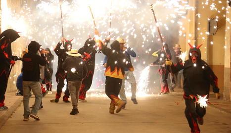 Torrefarrera - La plaça Miremont es va tenyir ahir de color l'últim dia de la festa major de Torrefarrera. A partir de les 17.30 hores, va acollir la festa holi, apta per a tots els públics. Les firetes van tenir preus populars.