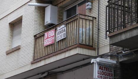 Imatge d'arxiu de cartells de venda de pisos a Lleida.