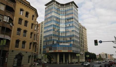 Vista de l'edifici dels sindicats, a l'avinguda Catalunya.