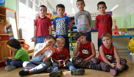Els nou alumnes que van iniciar ahir el curs a l'escola de Sant Esteve d'Alàs. Els de davant són els nous.