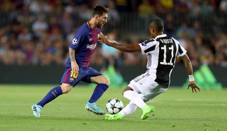 Messi encara Douglas Costa en una acció del partit d'ahir davant de la Juve.