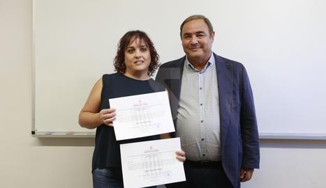 L'entrega dels documents a Eva Gené, néta d'Arturo Gené i besnéta d'Emilio Solans.