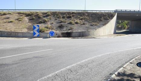 Vista del lloc de l'accident a la rotonda que uneix l'Ll-11 amb la C-13 a Lleida.