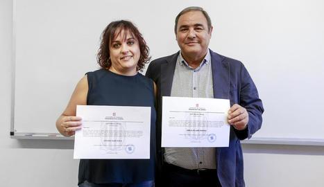 Eva Gené, ahir amb el delegat de Justícia a Lleida, després de l'entrega dels certificats de nul·litat.