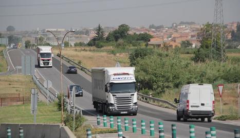 Camions circulant per l'N-240 entre les Borges i Lleida.