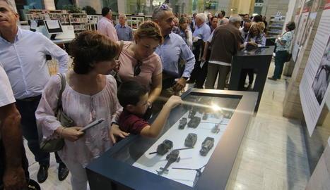 Visitants ahir a la mostra a la Biblioteca Pública de Lleida.