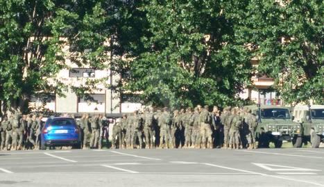 L'arribada dels soldats al pàrquing de l'antiga caserna militar de Vielha.