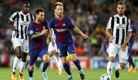 Messi corre a la recerca de la pilota davant del seu company Rakitic i els jugadors de la Juventus Pjanic i Matuidi.