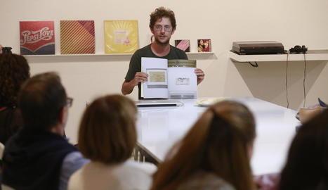 L'artista Enric Farrés va presentar ahir a la Panera de Lleida el volum 'Una publicació de mirar'.