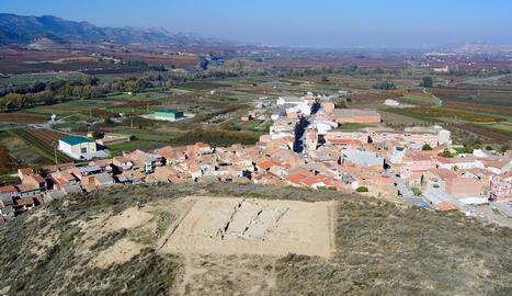 Una vista de la Serra del Calvari, amb la Granja d'Escarp al fons de la imatge.