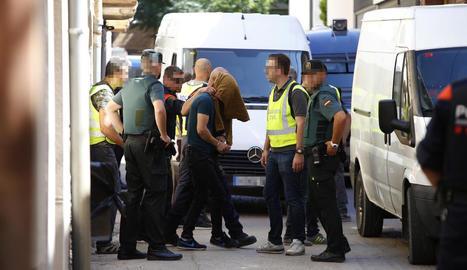 Imatge del detingut a l'habitatge del carrer Pi i Margall.