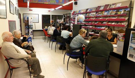 Una agència de viatges de Pardinyes, plena ahir a mig matí per la comercialització dels viatges de l'Imserso.