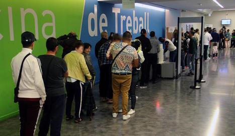 Usuaris ahir feien cua per entrar a l'oficina del Servei d'Ocupació, al carrer Acadèmia de Lleida.