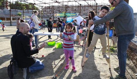 Pares i nens van gaudir ahir dels tallers i activitats a la festa del Club Banyetes al Turó de Gardeny.