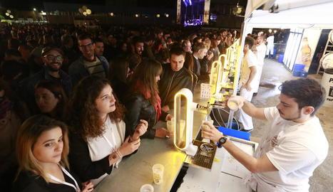 La banda Love of Lesbian, amb Santi Balmes al capdavant, ahir a la nit, durant el concert que va oferir a la fàbrica San Miguel de Lleida.
