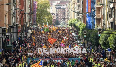 Unes 30.000 persones van donar suport ahir a Bilbao al referèndum.
