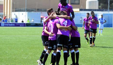 Els jugadors del Lleida celebren el gol anotat per Jorge Félix, ahir a Son Malferit.